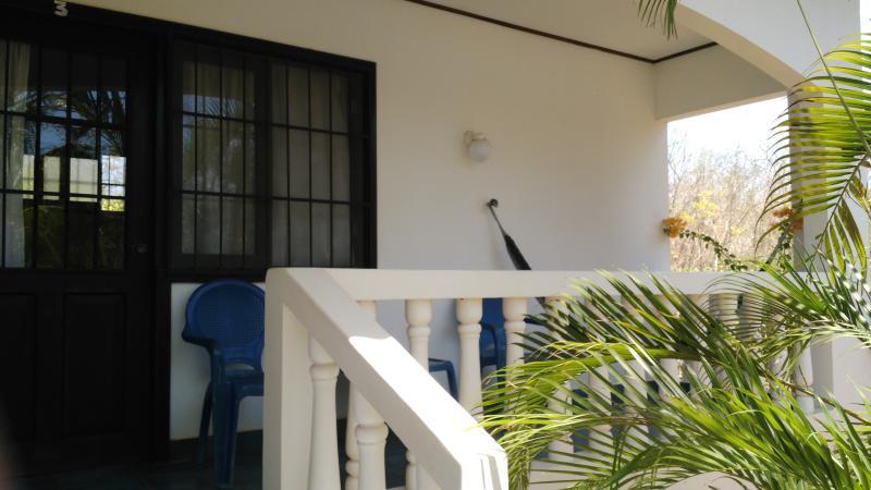 devant votre chambre, une terrasse couverte pour rêver face au jardin