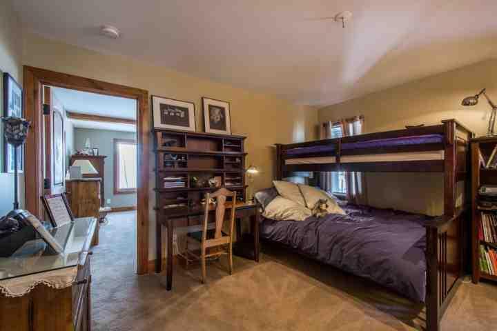 chambre d'hôtes lits superposés, plein sur le fond et deux sur le dessus.