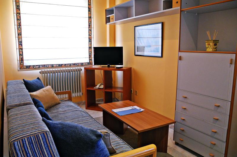 Sala de estar con zona de cocina.