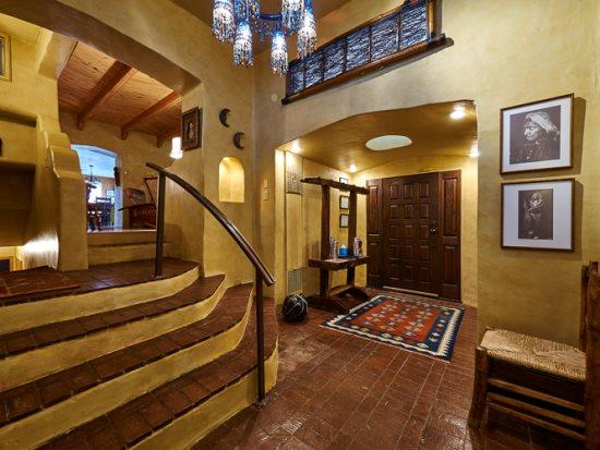 Escalera Al entrar en la casa. Por las escaleras conduce al ala norte, que conduce a la izquierda del Sur