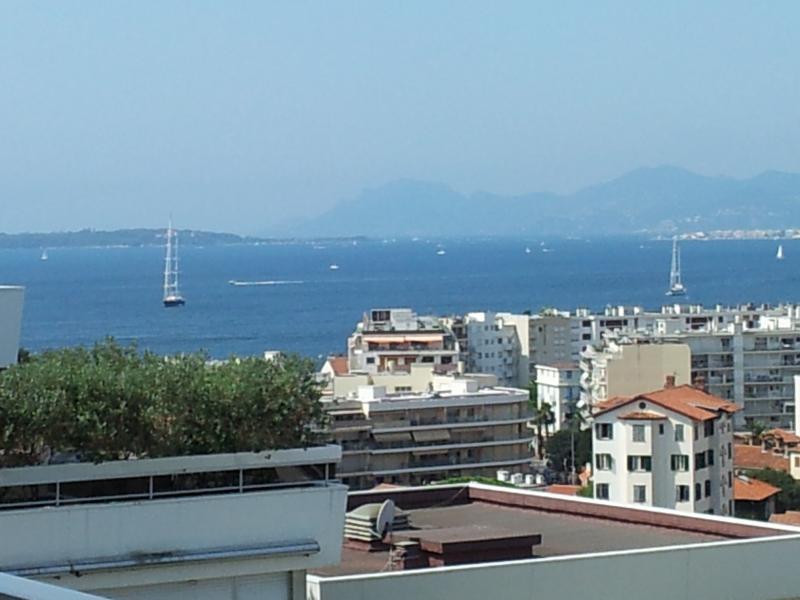 vue mer panoramique sur la baie de Juan les Pins et vers Cannes