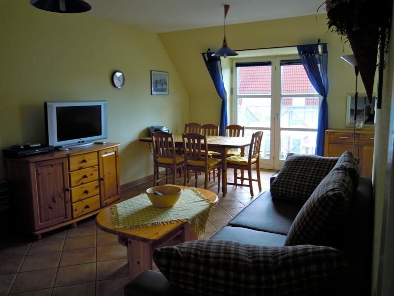 Ferienwohnung auf Poel - 'Insel des Lichts', Wohnzimmer mit Essplatz und kleinem Balkon