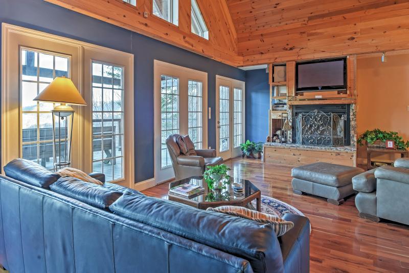 Relajarse en la acogedora sala de estar.