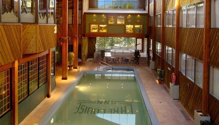 Tome un baño en la piscina cubierta o relajarse en la bañera de hidromasaje compartida