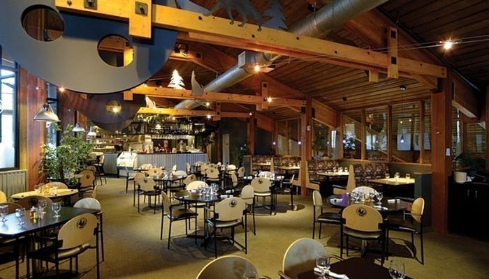 Tres opciones de restauración hacen que su estancia en el Lake Louise Inn muy práctico