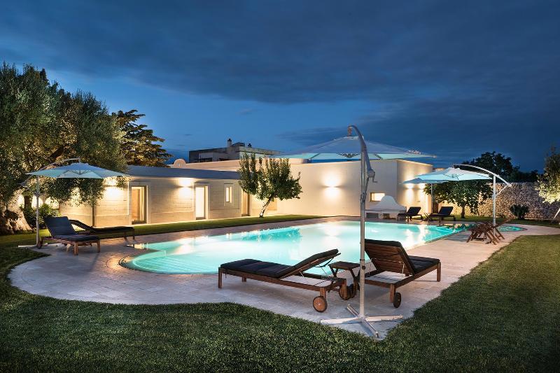 La piscina Masseria almendra Fiorito- por la tarde