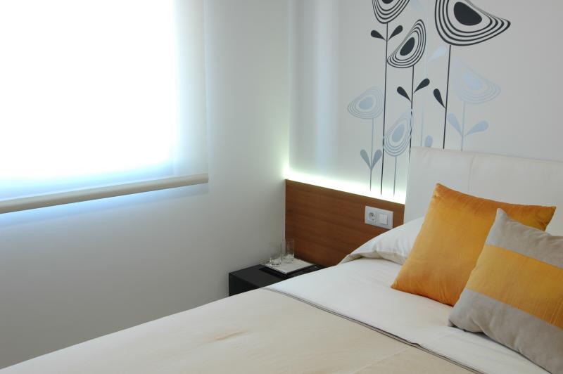 dormitorio cama 150x190, almohadas individuales, funda nórdica, iluminación led