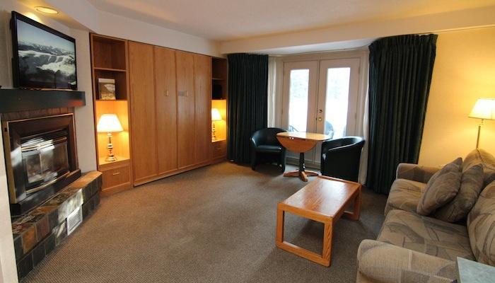 Después de un día lleno de acción en las Montañas Rocosas, relajarse en esta cómoda sala de estar