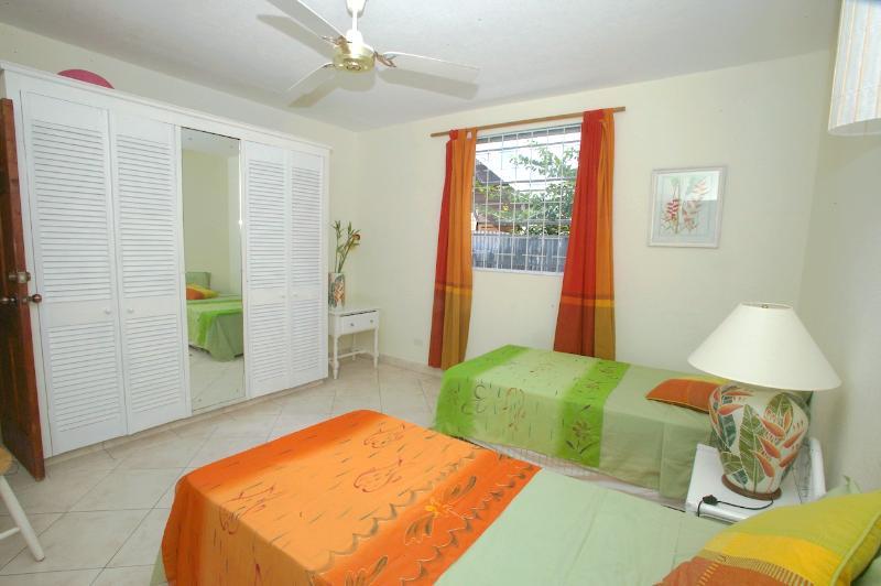 bedroom 2 - 2 twin beds