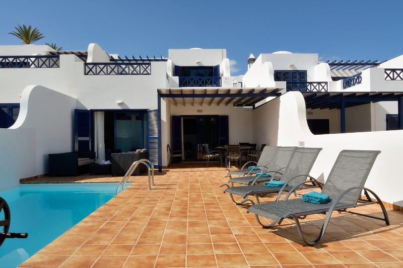 Amplia terraza con área de solárium, relax y comedor exterior