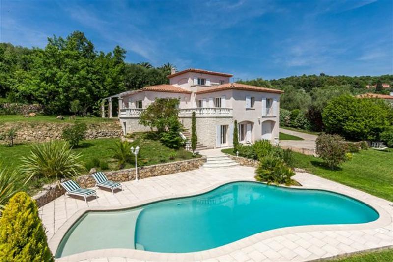 Superbe Villa de 4chs, 3 Sdb, 3wc, Piscine avec alarme, . Proche de Cannes, Antibes, Nice, à 18kms.