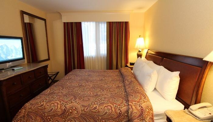 Obtener una buena noche de sueño en esta cómoda cama tamaño king