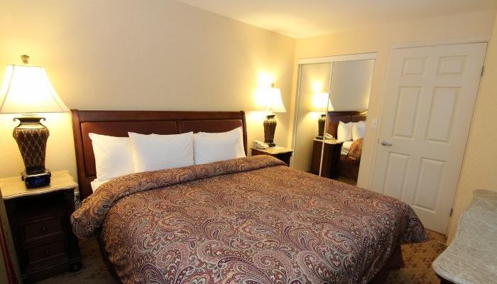 El amplio dormitorio está amueblado con una acogedora cama de matrimonio