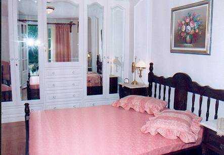 Master bedroom w king bed & ensuite bathroom