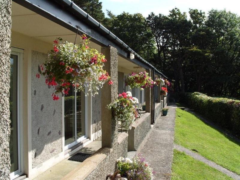 Beaumaris Cottage, Plas Heulog Llanfairfechan with sunny verandah