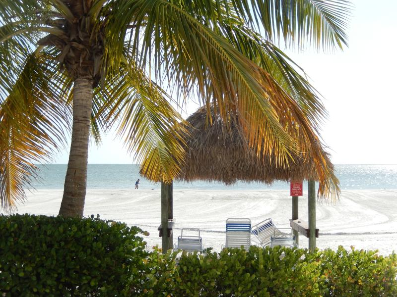 Beachfront Condo With Weekly Rentals, holiday rental in Fort Myers Beach