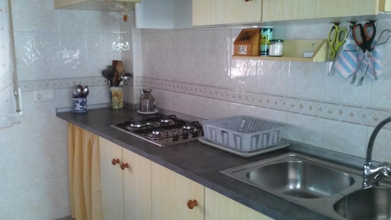 Cocina semiintegrada en el comedor de gran capacidad. Vista parcial de la cocina .