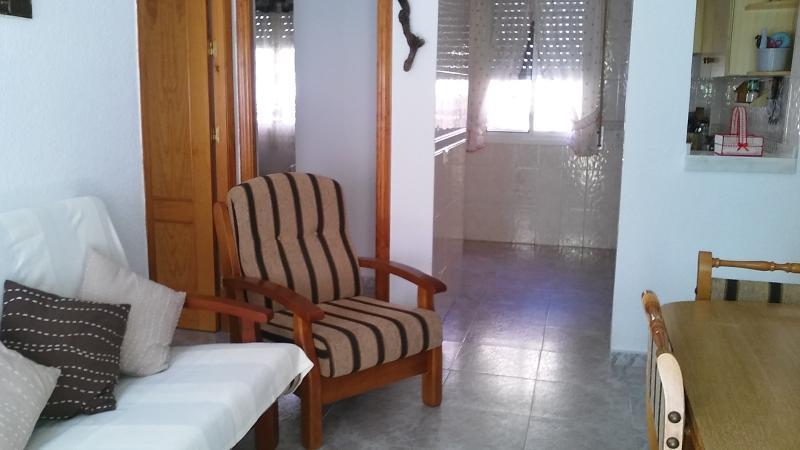 Vista parcial del salon con cocina al fondo.