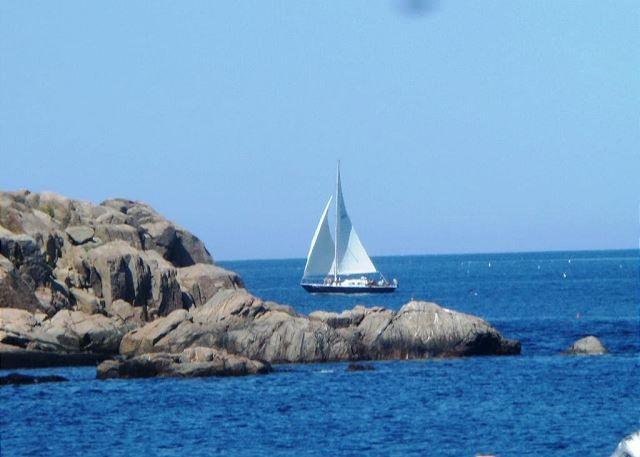 Vista del barco que pasa desde la línea de costa.