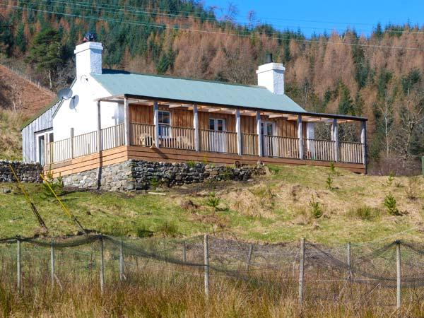DRUIDAIG COTTAGE, woodburning stove, loch and mountain views, all ground floor, location de vacances à Lochcarron