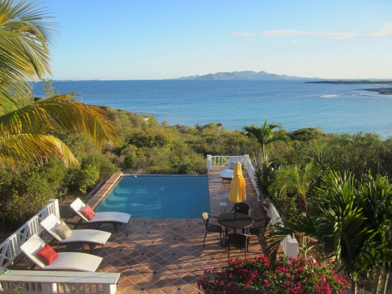 Stunning Sea Feathers Villa, casa vacanza a East End Village