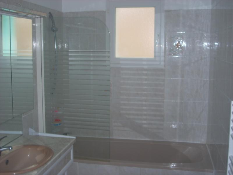 salle de bains 1 avec baignoire