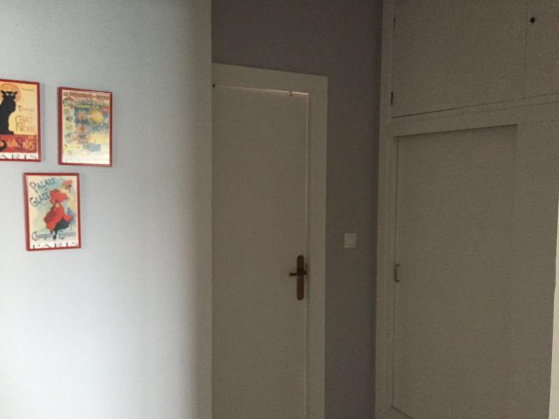 Hall de acceso entre el salón y la habitación con vistas al mar y al cuarto de baño reformado.
