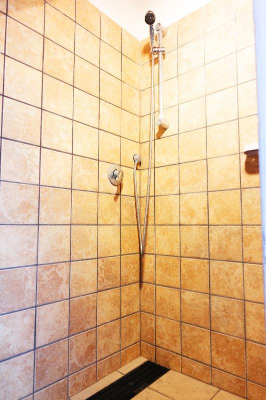 accanto alla lavanderia, 2 docce esterne
