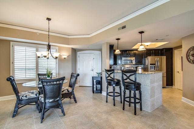 Bright Open Foyer, Dining and Kitchen Area