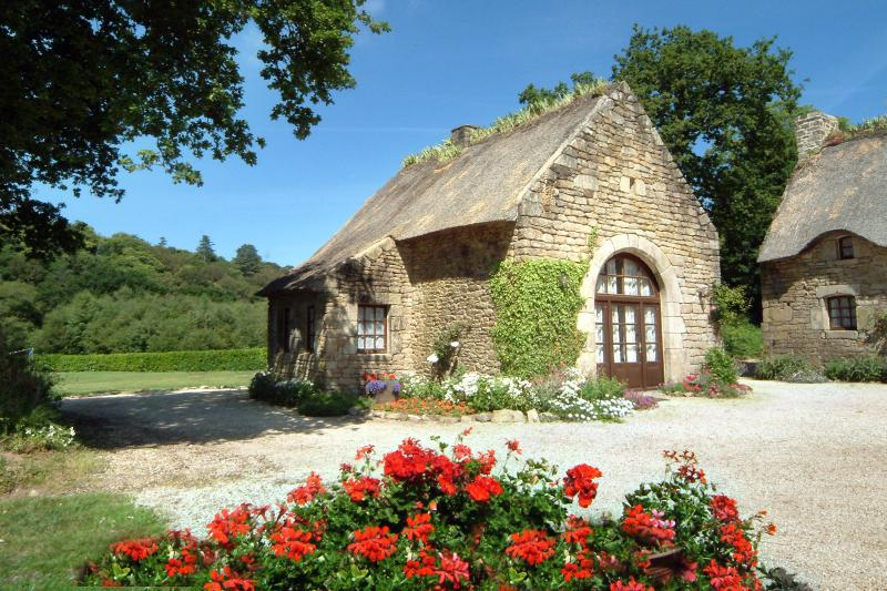 Le Fournil - Family Friendly, Romantic, Riverside Cottage with Heated Pool, vacation rental in Plouay