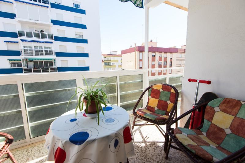 La terraza tiene vistas al mar incluso sentado. le da el sol por lamañana