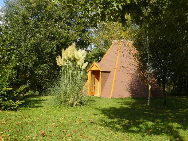 Tipi en Bois, vacation rental in Saint-Saud-Lacoussiere