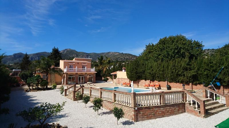 Villa with private heated pool, jacuzzi, sea view, BBQ, big secluded garden, alquiler de vacaciones en Málaga