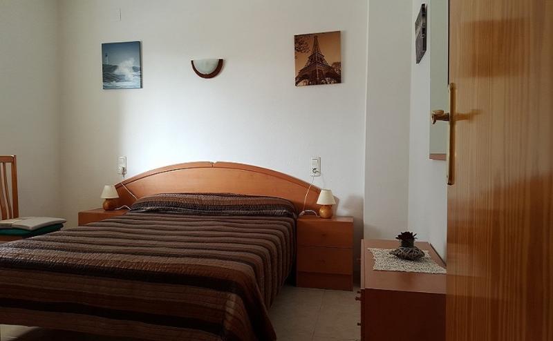 Dormitorio Principal con cama de 150 cms. y amplio armario empotrado.