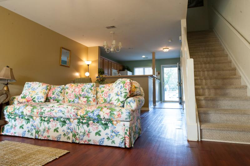 Quiet, Cozy Townhome- New Mattresses and TV, alquiler de vacaciones en Ridgeville