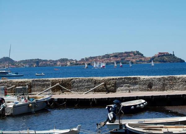 Piccolo portocciolo di Magazzini con splendida vista su Portoferraio.