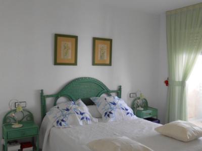 Chambre avec le lit double