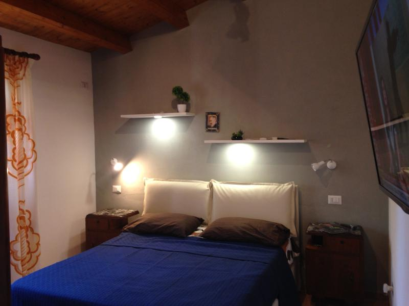 camera da letto con materasso da 24 cm in memory foam. Tv led a parete. Armadio. Zanzariera