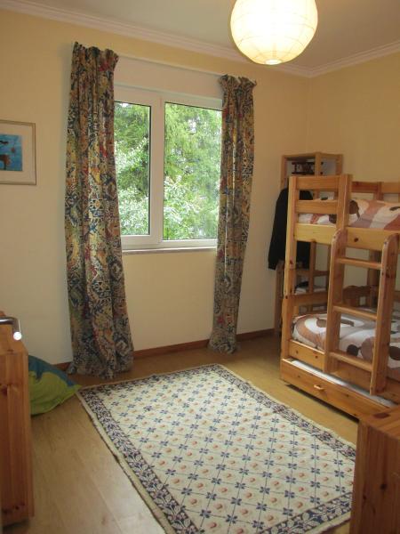 Chambre avec lits superposés (deux lits simples) et lit gigogne; la lanterne peut doubler