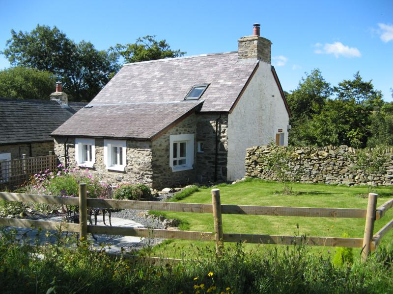 Hen Ffermdy cottage with private rear garden and patio