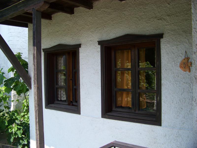 windows in big bedroom