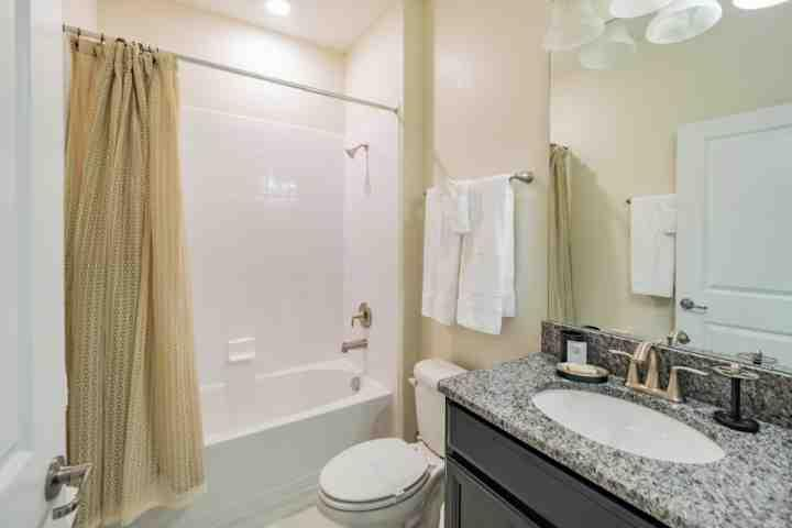 Downstairs Hall Bath w / duche e banheira combinados