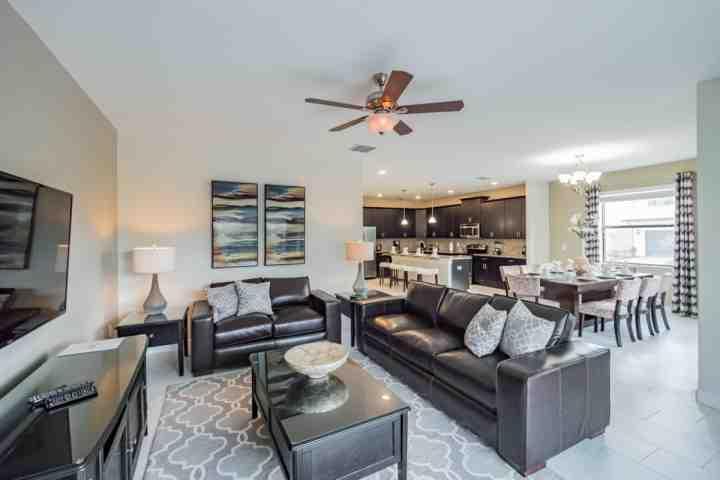 Luxuosa área de estar w / TV de tela plana e piso plano aberto