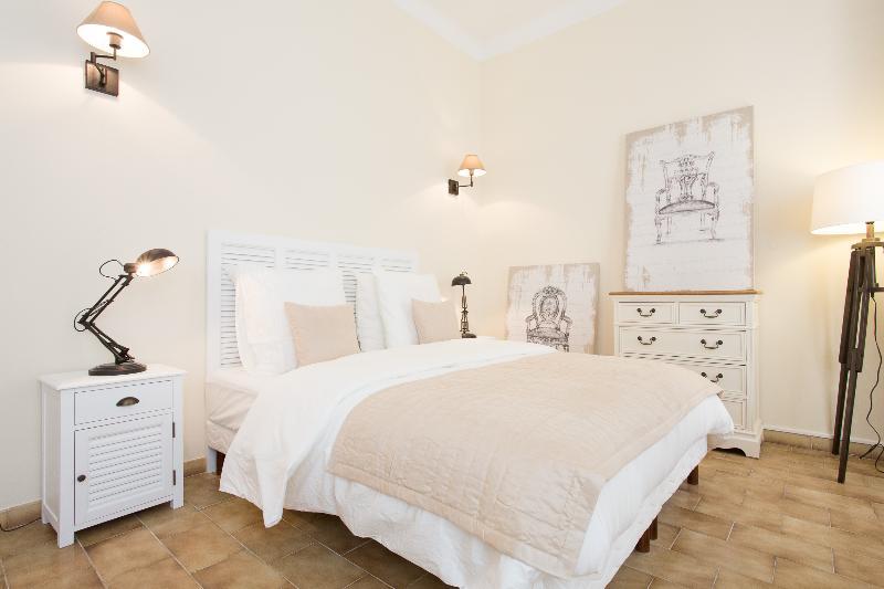 1st Bedroom, 2 single beds