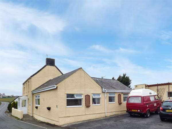 TAN-Y-BRYN-BACH, semi-detached, single-storey, off road parking, shared patio, aluguéis de temporada em Bodffordd