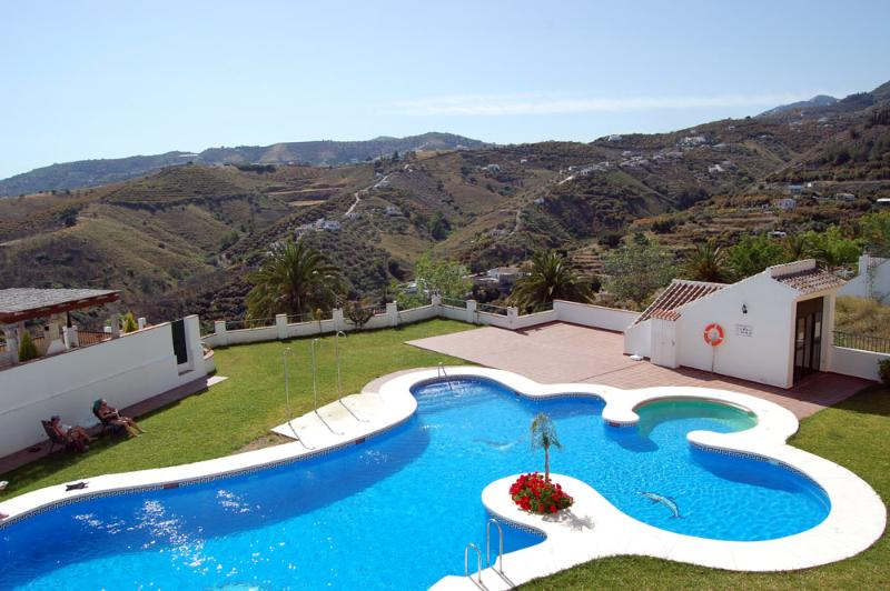 Frigiliana Heights communal pool with jacuzzi.