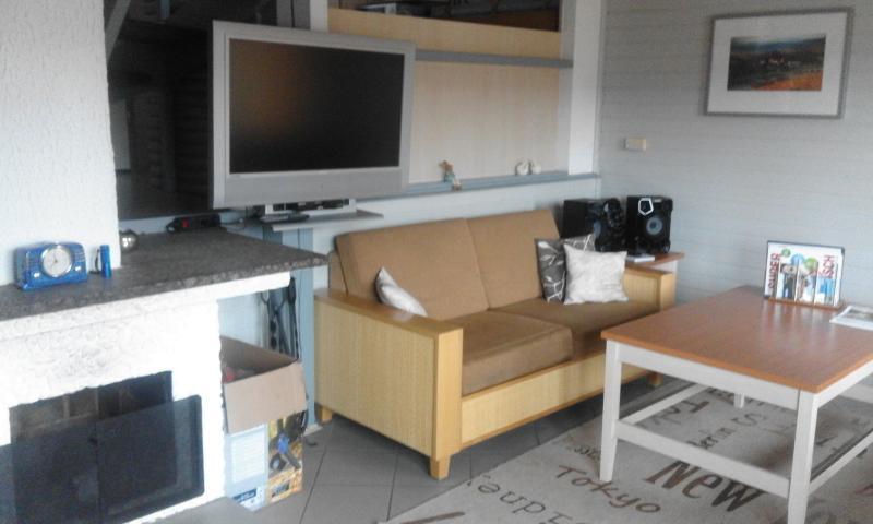 Wohnzimmer, offene Kamin, TV, Stereoanlage