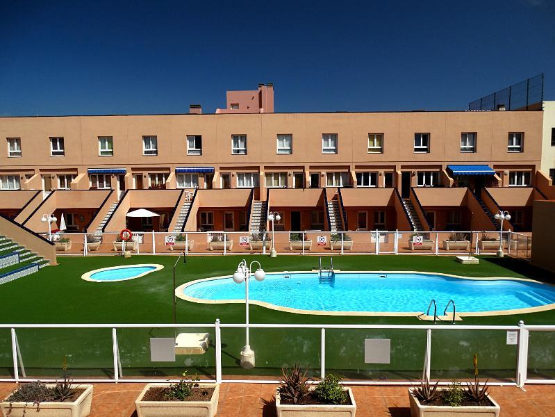 Bonito Duplex Con Piscina y WIFI cerca del paseo maritimo de Corralejo !, location de vacances à Corralejo