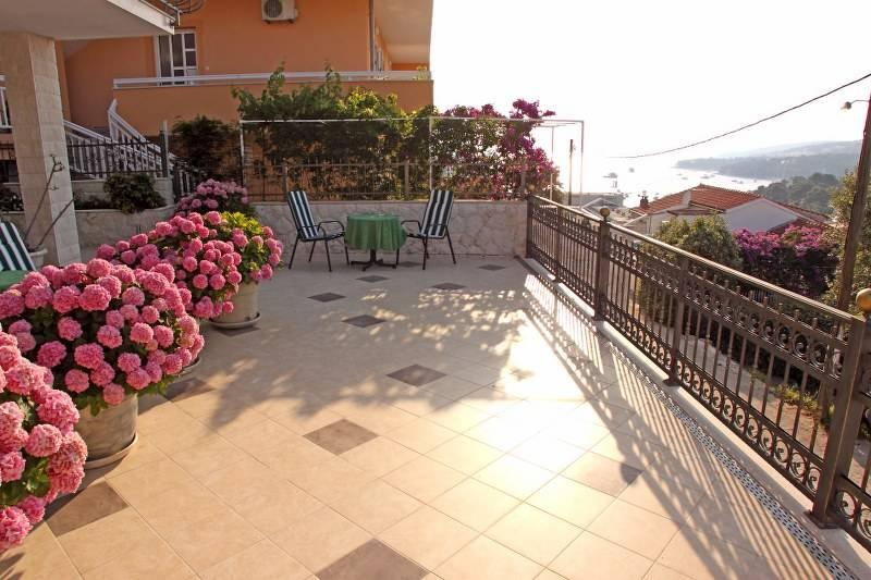 Comfortable apartment   that offers  a  pleasant stay  for 4-5 people  with a big sea view  terrace