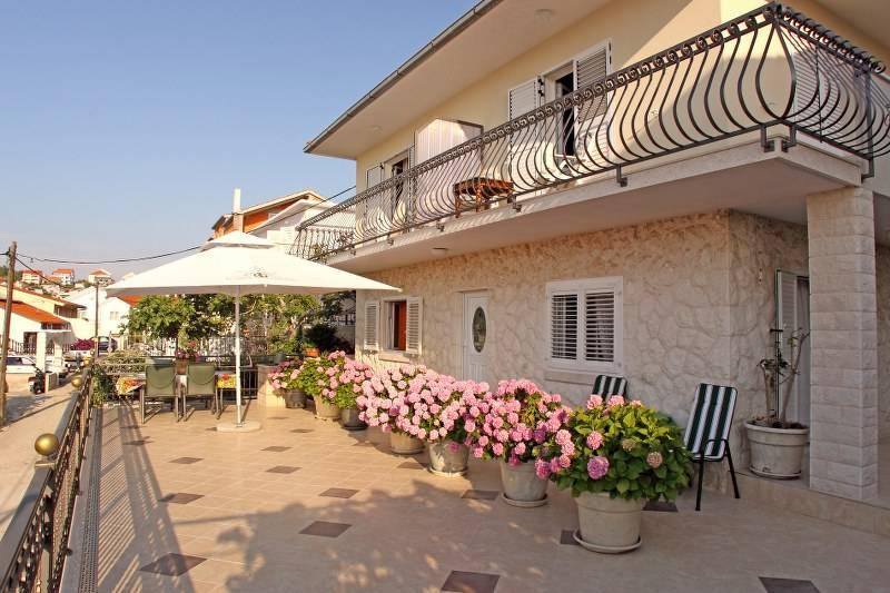 Lovely  apartment   that offers  a pleasant stay for 2 or 3 people with a sea view terrace in front,
